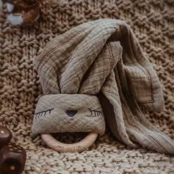 Hi Little One - Przytulanka muślinowa z gryzakiem Sleepy Bunny cozy muslin with wood teether Dark Oak Light