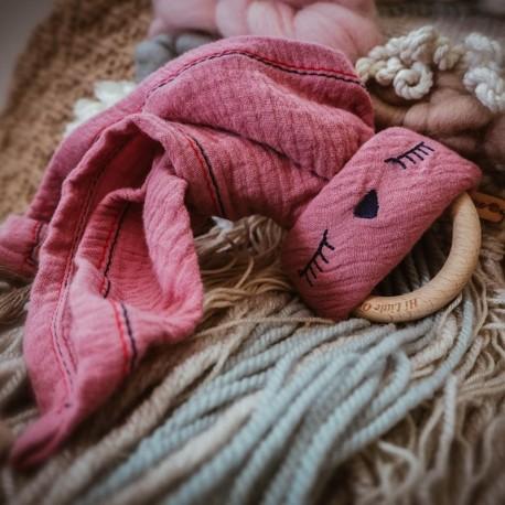 Hi Little One - Przytulanka muślinowa z gryzakiem Sleepy Bunny cozy muslin with wood teether Baby Pink